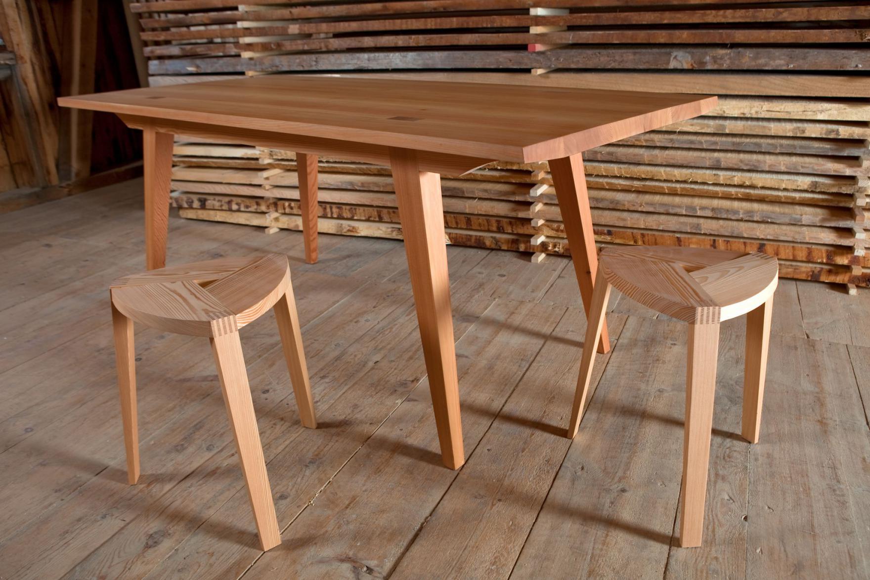 Tisch lungezza und Hocker tribain